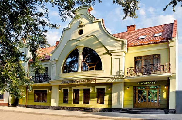 Hotel Letuchiy Gollandec,  Uzhhorod: photo, prices, reviews