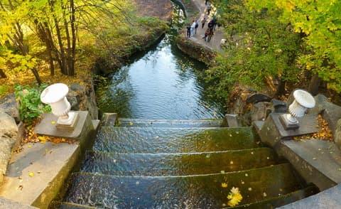 Картинки люди гуляют по парку осенью