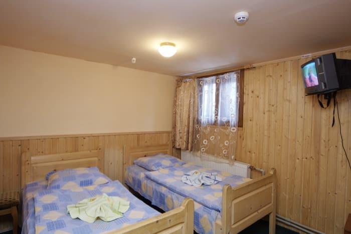 c0caeeeb3095 На другому поверсі готелю є кухня-їдальня з каміном.Для зберігання лиж  передбачена окрема кімната. В садибі можна взяти напрокат гірськолижне ...