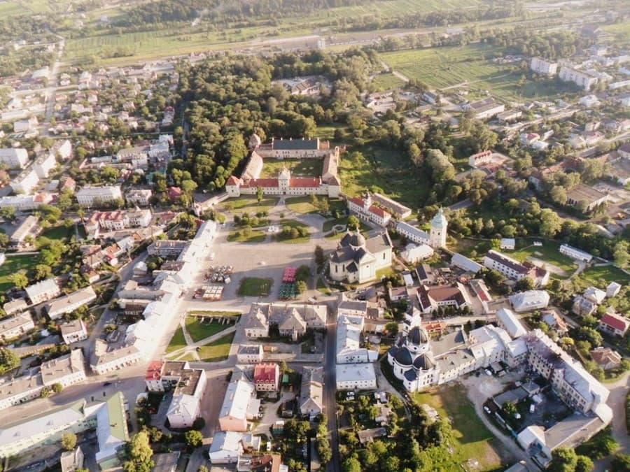 3fea0004c Вокруг площади расположены: Ратуша, замок, Василианский монастырь, костел  Святого Лаврентия. Немного дальше находится синагога и Доминиканский  монастырь.